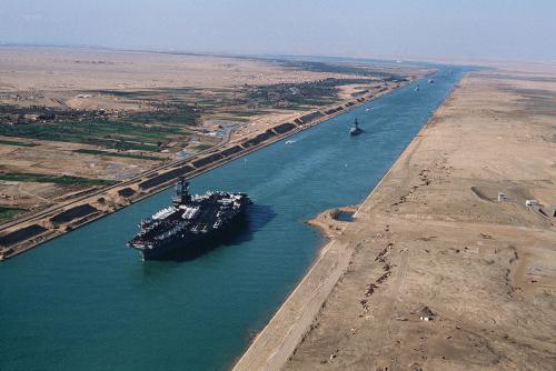 Süveyş Kanalı'ndan askeri bir geminin geçişi.