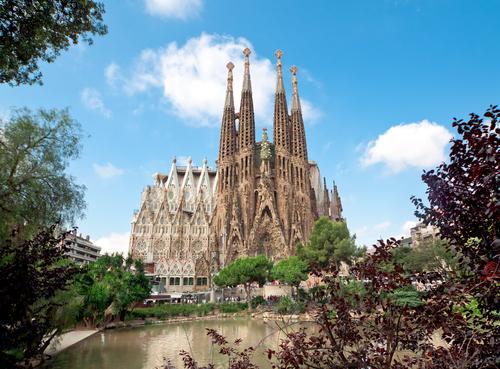 İspanyolca ismiyle; Basílica y Templo Expiatorio de la Sagrada Familia.