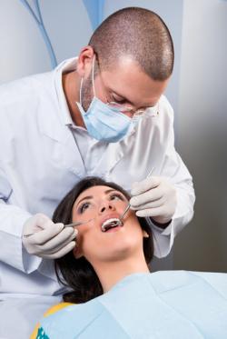 diş hekimi çalışıyor